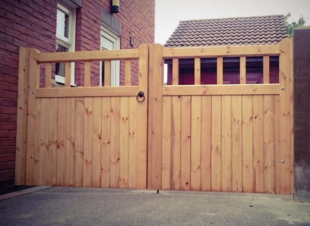 Cheshire Design Softwood Double Gate wood spindles